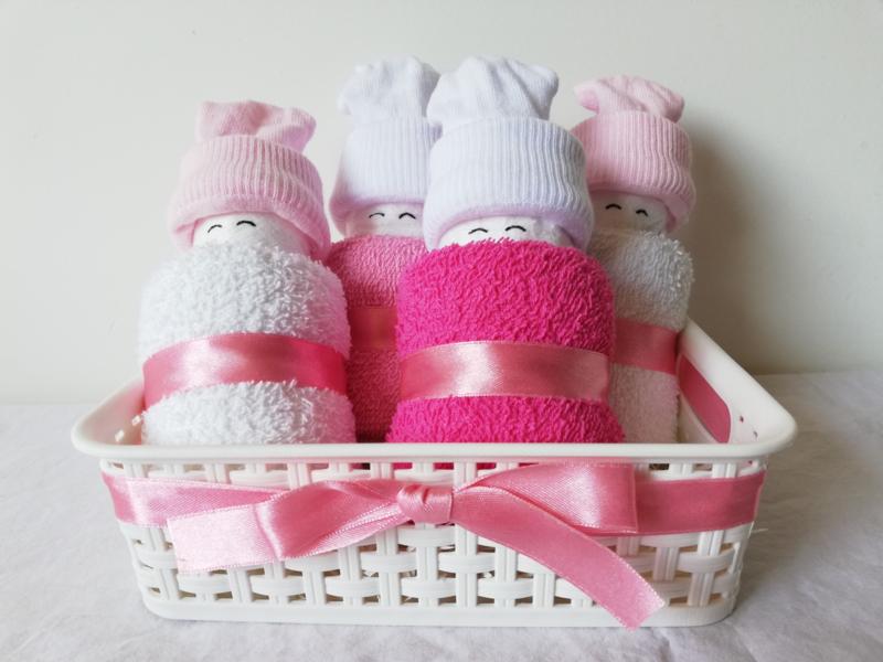 Kraammand met luierpopjes roze en wit