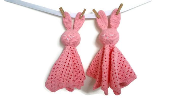 Knuffel konijn aan een knuffeldoek - roze