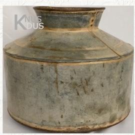 Oude metalen waterkruik - II