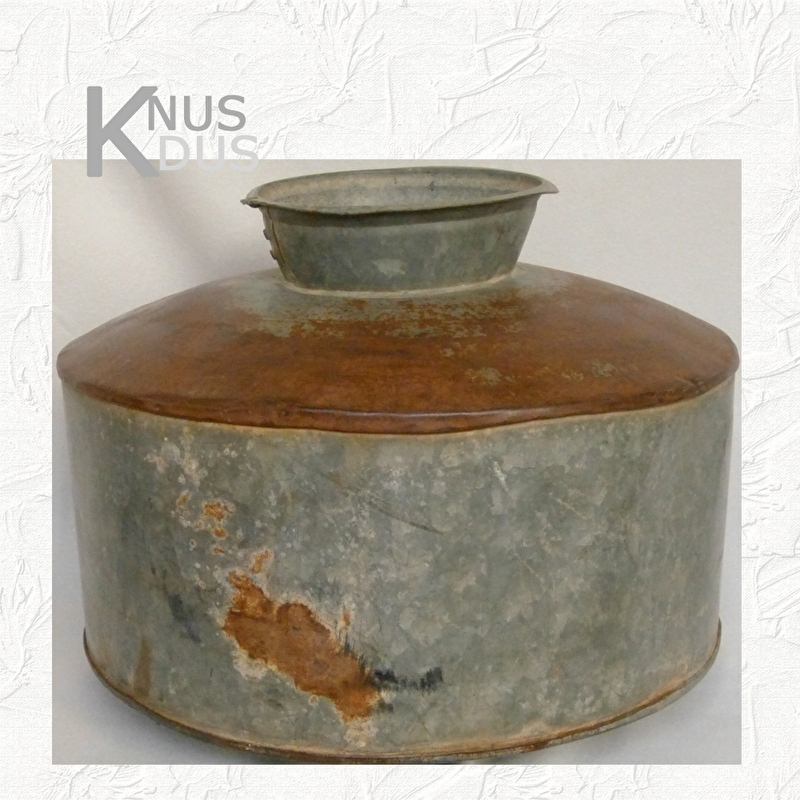 Oude metalen waterkruik - I