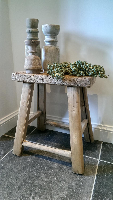 Dadeltak op houten krukje