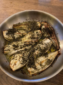 Gebakken Tropea uien uit de oven met verse kruiden