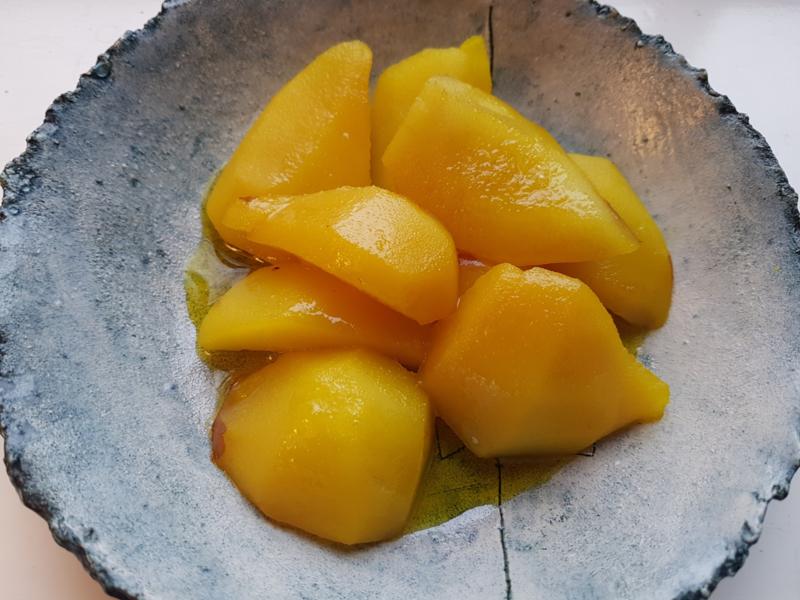 Goudgele stoofpeertjes met citrus en kurkuma