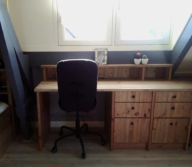 Dubbel bureau onder dakkapel