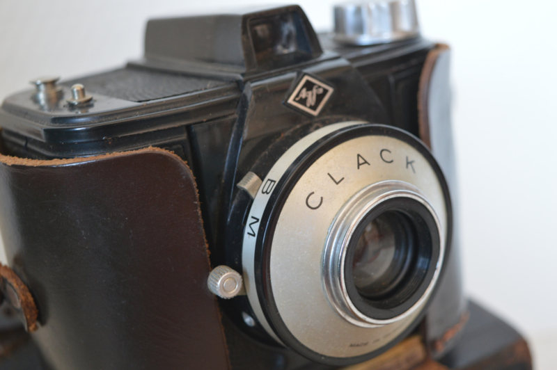 Oude fotocamera in leren tas VERKOCHT