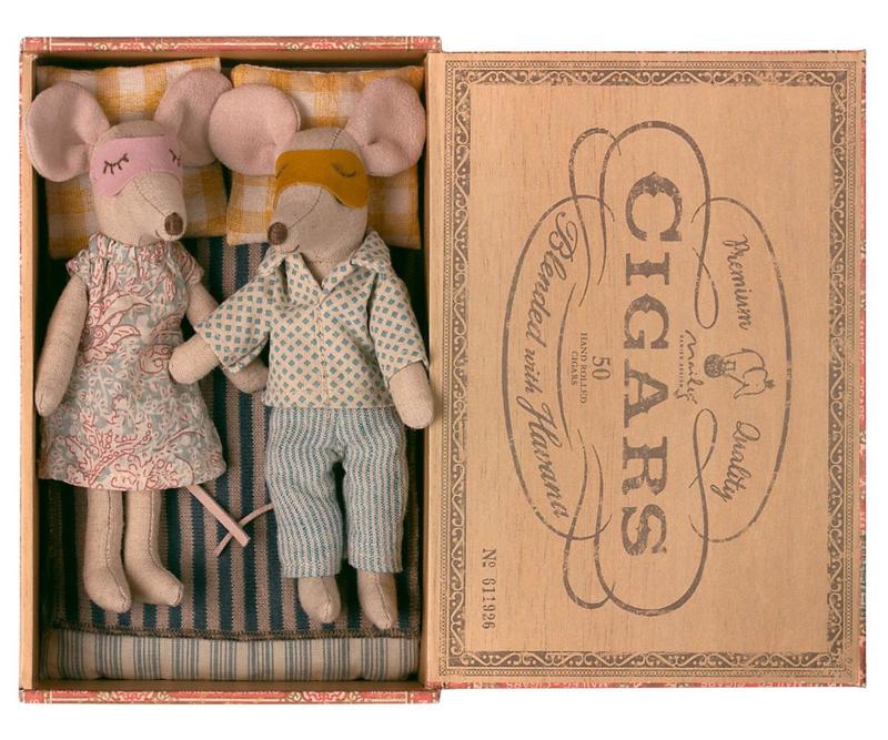 Maileg Mum and Dad Mice in Cigar Box (15 cm) (2021)
