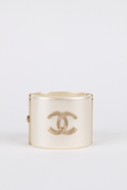 Chanel 2014B CC logo ivory-coloured resin and metal cuff bracelet