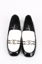 Chanel black/white Fall/Winter 2016 two-tone patent leather chain loafers/moccasins/flats