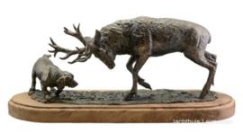 Bronzen beeld Sauer: Hert door hond gesteld