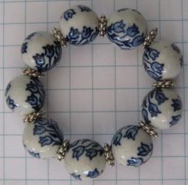 ARM 330 armband delftsblauwe tulpenbos met verzilverde tussenkralen op elastiek