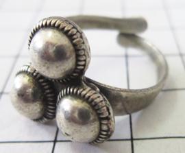 ZKR323 3-zeeuwse knopjes ring zwaar verzilverd