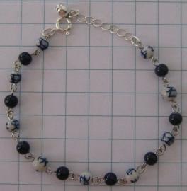 ARM 301 armband molenkraaltjes delftsblauw en geheel blauwe tussenkraaltjes
