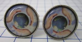 manchetknopen verzilverd met wereld in onze handen MAK110