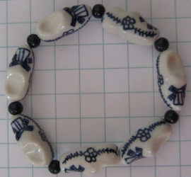 ARM 303 armband delftsblauwe klomjes en geheel blauwe tussenkraaltje op elastiek