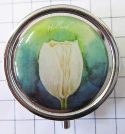 PIL 101pillendoosje witte tulp blauwe achtergrond