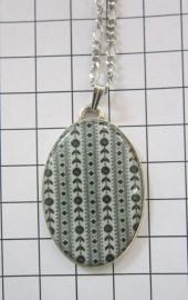 HAN 052 collier verzilverde hanger met Zeeland Schortebont