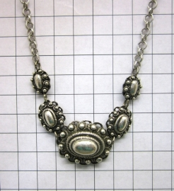 ZKC710 Ovale Zeeuwse knoppen collier, verzilverd