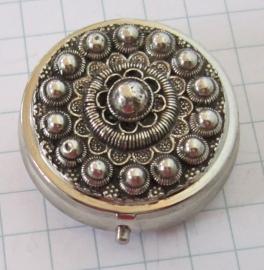 Pillendoosje met zwaar verzilverde Zeeuwse knop ZKG406