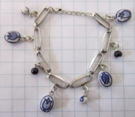 ARM 501 schakelarmband met delftsblauwe tulpenkraaltjes