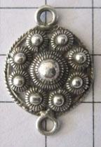 zeeuwse platte knoop met rand, 9 bolletjes tweeoog 2 cm ZB018