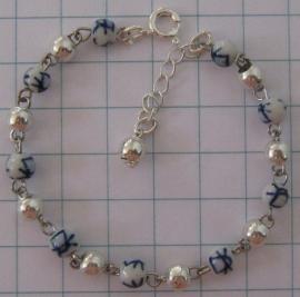 ARM 304 armband delftsblauwe molenkraaltjes en verzilverde tussenkraaltjes