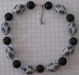 COL 002 collier delftsblauw donkerblauwe en ovale tulpenkralen