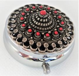 ZKG436-R pillendoosje zeeuwse knop oogjesrand verzilverd met rode emaille