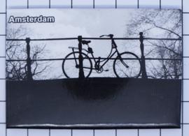 10 stuks koelkastmagneet Amsterdam  fiets op brug zwart wit MAC:19.010