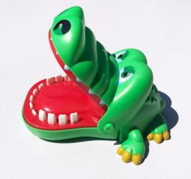 Bijtende krokodil met kiespijn tanden drank spel drankspel
