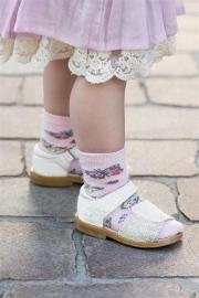 Lief babysokje voor meisjes met vlindertjes wit