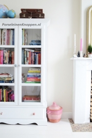 Porseleinen deurknop op de boekenkast van Yvonne Yvestown