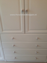 Klantfoto Ikea Pax kast van Catherine met porseleinen deurknopjes