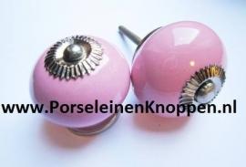 Buikkast met Roosjes en roze porseleinen knoppen