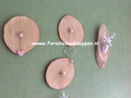 Muurbordjes met kastknoppen om iets aan op te hangen