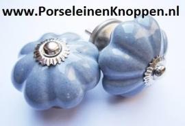Klantfoto Porseleinen deurknop op de boekenkast van Yvonne Yvestown