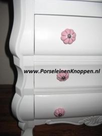 Klantfoto Buikkastje van caroline met roze porseleinen kastknoppen