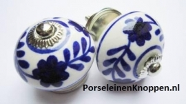 Kast met Delftsblauwe kastknoppen van Nienke