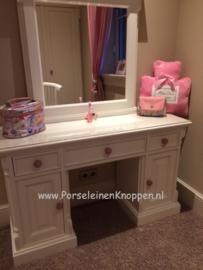 Klantfoto Mooie Make-up tafel met roze kastknoppen
