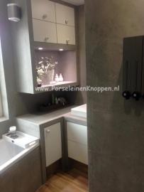Strakke badkamer met mooie kastknopjes en deurknoppen van Miranda