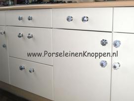 Keukenkasten van Kirsten met verschillende porseleinen kastknoppen