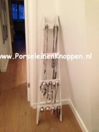 Sieradenladder met verschillende kastknoppen en deurknoppen