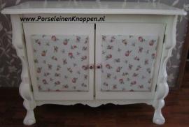 Klantfoto Buikkast met Roosjes en roze porseleinen knoppen
