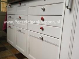 Klantfoto Vrolijke keuken van Edith met kleurrijke kastknoppen
