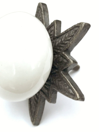 Witte Porseleinen kastknop met ster rozet.