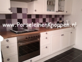 Keuken met Kleurrijke kastknoppen www.PorseleinenKnoppen.nl