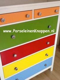 Vrolijke Ikea kast met porseleinen kastknoppen