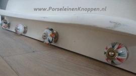 Spiegel en porseleinen knop gebruikt als kapstok