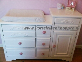 Yvonne`s Rozen babykamer met porseleinen knopjes