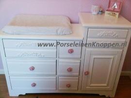 Klantfoto Yvonne`s Rozen babykamer met porseleinen knopjes