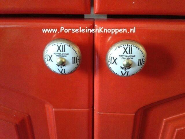 Vrolijke Ikea Kast Met Porseleinen Kastknoppen Fotos Van